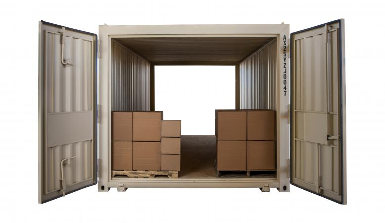 Extra wide storage container with 2 pallets